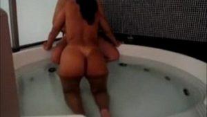 Morena do cuzão bronzeada transando com vontade na banheira