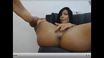 Morena tesuda em cena abrindo as pernas se masturbando
