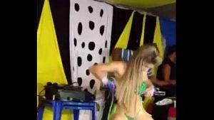Mulher loira tesuda dançando funk pelada
