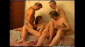 Novinha em vídeo porno fudendo com velho e seus amigos