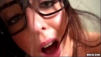 Porno nerd abrindo bocão na putaria deliciosa sem dó