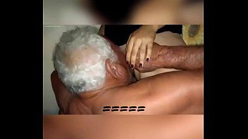 Homem velho chupando buceta da loira bucetuda