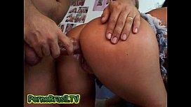 Arrombando sem pena a buceta da brasileirinha na orgia