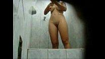 Camera escondida no banheiro da praia registrando a ninfeta no banho