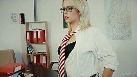Fodendo a linda e nerd professora de óculos na sala