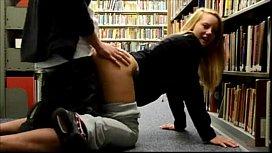 Novinha em vídeo fazendo sexo na escola dentro da biblioteca