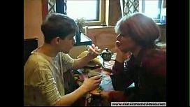 Tia tesuda e tarada em vídeo dando em cima do novinho