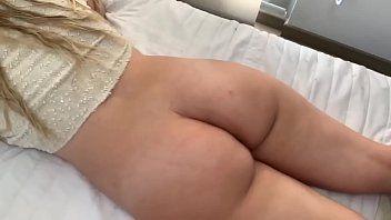 Dotado em sexo anal amador com a morena empinada