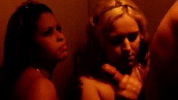 Garotas deliciosas de calcinha se acariciando no strip