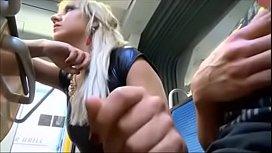 Loira em vídeo bizarro punhetando e realizando boquete no onibus