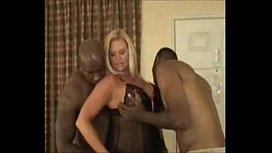 Loira gata e tesuda em filme grupal de porno