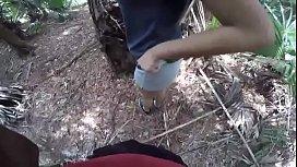 Negão em vídeo de sexo amador com a danada no mato