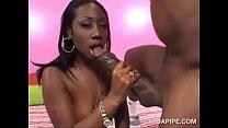 Negra boa de chupeta e rabuda no sexo quente com dotadão