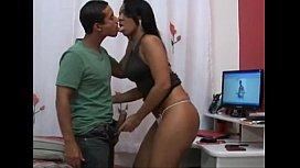 Rabuda gostosa brasileira em vídeo chupando moreno e dando