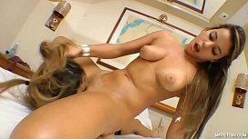 Chupando a devassa da amiga em porno guloso