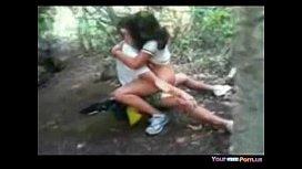 Novinha em vídeo erótico dando no mato ao sacana