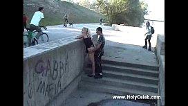 Trepando gostoso na rua embaixo da pista de skate