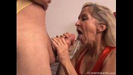 Velha em porno trepando com seu idoso careca