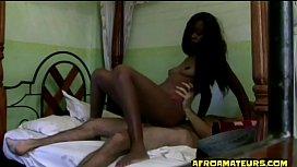 Adolescente putinha negra transa com desconhecido