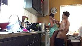 Bundinha grande e apertada detonada na cozinha