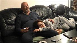 Flagra de incesto pai careca com a filha