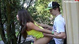 Sexo de jovem com ninfeta na estrada perto do parque