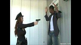 Criminoso comendo a policial de peitões gostosos
