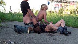 Novinha gringa com dois safados transando ao ar livre