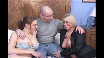 Foda quente grupal de careca com novinha e sogra