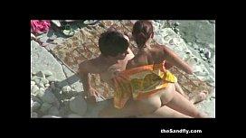 Dotado flagrado comendo a buceta da rapariga na praia