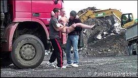 Loirinha vagabunda em porno mamando na rua nos dois safados
