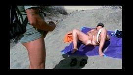 Mulher pelada na praia bate siririca deitada e macho se masturba