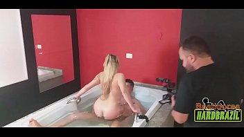 Loira linda e rabuda na banheira em putaria