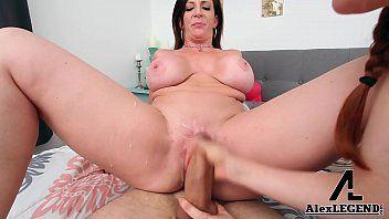 Mulher apanhando do seu namorado dotadinho de bruços na cama