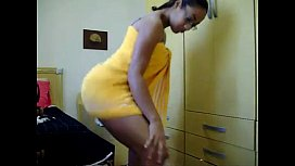 Novinha sem calcinha dançando de toalha no strip