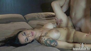 Dotado faz sexo com a bela morena maquiada e tatuada