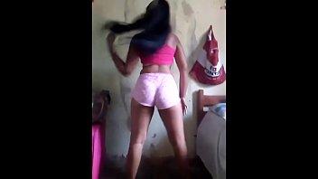 Novinha se filma na dança e vai no chao