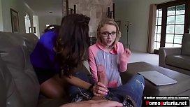 Safada ensinando a filha a foder com seu namorado