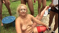 Velha loira cachorrona em cena brasileira na orgia