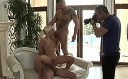Bastidores de filme porno com loirinha transando com sarado