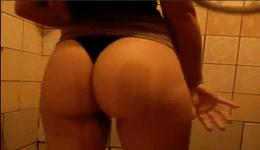 Flagra de calcinha filmando a mulher pelada no banheiro