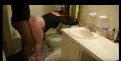 Gorda rabuda pelada transando com amigo dotado no banheiro