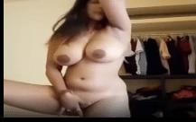 Gordinha gostosa pelada masturbando sua xoxota carnuda