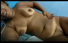 Menina se masturbando enquanto faz um video pelada para o zapzap