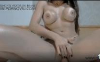 Video porno com peituda na webcam enfiando consolo na xoxota