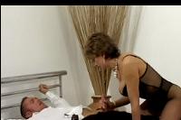 Coroa gostosa de lingerie transando com amigo no motel