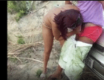 Flagra de boquete com bebada safada mamando a piroca na praia