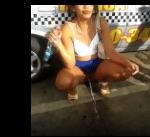 Flagra de mulher mijando na rua no carnaval bebada