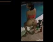 Novinha gostosa na piscina rebolando de fio dental
