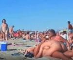 Praia de nudismo sem tarja com turistas transando